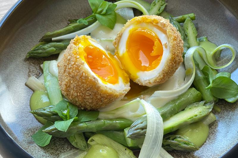 Uovo croccante, asparagi a 3 consistenze e crema di parmigiano con burro di centrifuga la Montanara