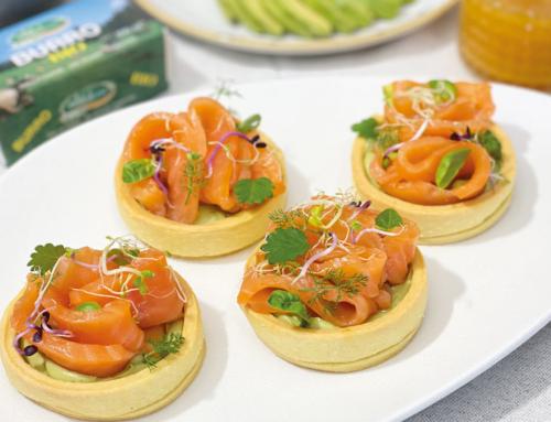 Cestini di frolla salata al Burro Bio con mousse di avocado, salmone affumicato e mix di germogli freschi